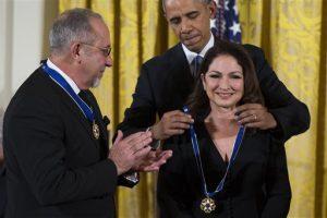 Emilio Estefan, a la izquierda, observa mientras el presidente Obama le otorga la Medalla Presidencial de la Libertad a su esposa, la cantante Gloria Estefan. Foto: AP