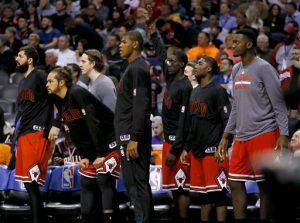 El banquillo de los Bulls de Chicago observa los últimos segundos de la segunda parte de su juego de NBA contra los Suns. Foto: AP