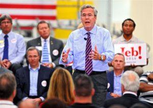 Bush habla de su tiempo como gobernador de Florida y sus esperanzas para la presidencia durante una parada en Kaman Aerospace en Jacksonville, Florida. Foto: AP