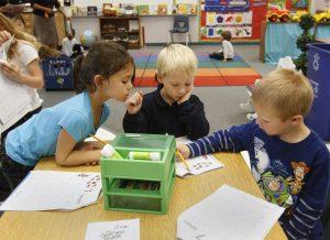 Los niños aprenden a resolver problemas, a pensar creativamente y a relacionarse con otros a través del juego. Foto: AP