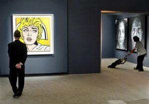 """La """"Enfermera"""" de Roy Lichtenstein y la obra de Chuck Close """"Leslie y autorretrato"""" están entre las obras maestras instaladas en Christie's para la próxima subasta de arte impresionista, moderno y de posguerra. Foto: AP"""