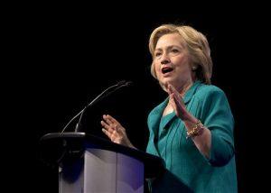"""La precandidata presidencial demócrata Hillary Clinton dijo que los demócratas deberían dedicarse a perfeccionar la ley de salud de Obama y no sugerir que """"la eliminaremos para empezar de cero"""". Foto: AP"""