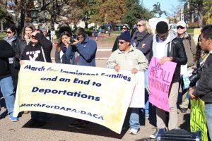 Familias de inmigrantes empezaron a llegar alrededor del mediodía a las inmediaciones de la corte en un soleado viernes invernal. Foto: Notimex