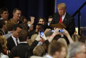 Donald Trump firma autógrafos tras el debate de aspirantes presidenciales republicanos en el teatro Milwaukee, el martes 10 de noviembre de 2015, en Milwaukee. Foto: AP