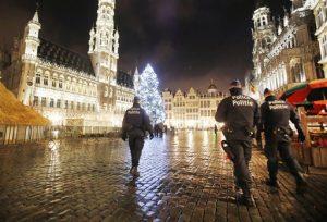 Policías patrullan la Grand Place en el centro de Bruselas, Bélgica, el lunes 23 de noviembre de 2015, tras los recientes atentados de París. Los estadounidenses deberían mantenerse alerta ante posibles riesgos en sus viajes. Foto: AP