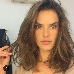La modelo Alessandra Ambrosio  apostó por un bob con movimiento. Foto: Instagram