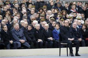 El mandatario francés Francois Hollande, derecha, preside la ceremonia para honrar a las 130 víctimas asesinadas en los atentados del 13 de noviembre, en el patio del palacio nacional de los Inválidos, en París. Foto: AP