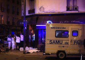 Personal médico dialoga junto a varios cadáveres afuera de un restaurante de París, luego de una serie de tiroteos y explosiones en la capital francesa y sus alrededores. Foto: AP