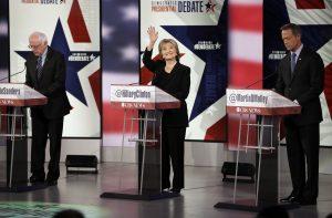 Hillary Rodham Clinton saluda mientras Bernie Sanders, a la izquierda, y Martin O'Malley, están listos para su debate con vistas a las elecciones primarias demócratas en Des Moines, Iowa. Foto: AP