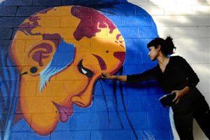Kristy Sandoval pinta un mural en el Centro Comunitario de Pacoima. Foto: AP
