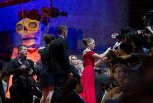 La actriz Lea Seydoux firma autógrafos a sus seguidores en la alfombra roja. Foto: AP