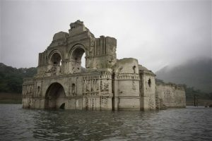 La falta de lluvia dejó a la vista un templo del siglo XVI en Chiapas. Foto: AP