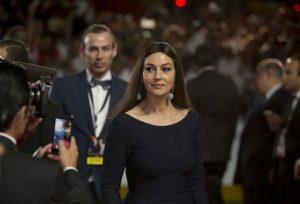 La actriz Monica Bellucci desfila por la alfombra roja. Foto: AP