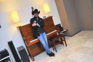 Pablo Montero espera la decisión de Carla Estrada, para dar vida a Joan Sebastiann. Foto: Mixed Voces