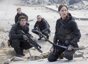 """Liam Hemsworth como Gale Hawthorne, Sam Claflin como Finnick Odair, Evan Ross como Messalla y Jennifer Lawrence como Katniss Everdeen en una escena de """"Los juegos del hambre: Sinsajo Parte 2"""". Foto: AP"""