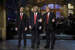 """De izquierda a derecha Taran Killam, el candidato presidencial republicano y anfitrión invitado Donald Trump y Darrell Hammond durante la emisión del programa de comedia """"Saturday Night Live"""". Foto: AP"""