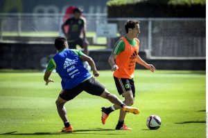 Andrés Guardado, futbolista del PSV de Holanda (der.), asistió al primer entrenamiento del Tri en la era Juan Carlos Osorio. Foto: Agencia Reforma