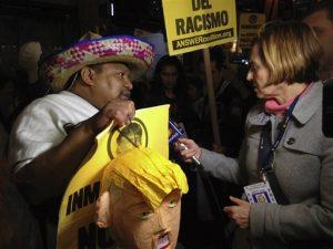 Una reportera entrevista a uno de los manifestantes que participaron en una protesta contra Trump antes de que el empresario condujera el programa Saturday Night Live. Foto: AP