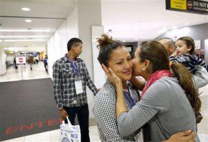 Wendy Mejía, de 16 años (centro) saluda a una tía a su llegada al aeropuerto de Baltimore para reunirse con su familia. Foto: AP