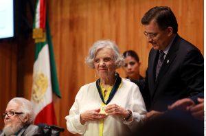 Poniatowska recibió el doctorado Honoris Causa de manos del Rector de la Universidad de Guadalajara, Tonatiuh Bravo Padilla. Foto: AR