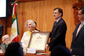 En la entrega estuvo presente el escritor Fernando del Paso, quien leyó unas palabras en honor a Elena Poniatowska. Foto: AR