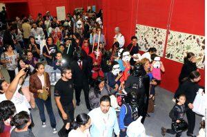 Un grupo de seguidores locales de La Fuerza se reunieron afuera del Área Internacional de la Feria Internacional del Libro. Foto: AR