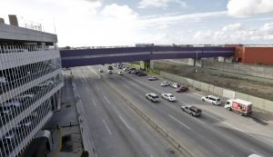 Vehículos pasan por debajo del puente que conecta los aeropuertos de San Diego y Tijuana. La nueva terminal debe comenzar a operar el 9 de diciembre. Foto: AP