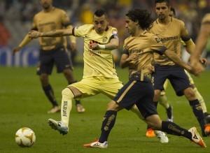Pumas de la UNAM aprovechó las dos expulsiones que sufrió América para golearlo 3-0, en la ida de las semifinales del Torneo Apertura 2015 de la Liga MX. Foto: Notimex