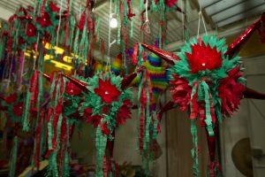 Las Piñatas son ollas de barro decoradas de múltiples colores y llenas de dulces y fruta. Foto: Notimex
