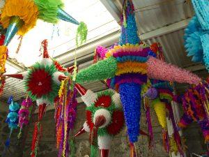 Pobladores de San Agustín Acolman, en el estado de México, se esfuerzan por mantener viva la tradición de las Piñatas. Foto: Notimex