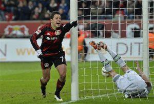 El jugador mexicano de Bayer Leverkusen, Javier Hernández, izquierda, festeja un gol contra Borussia Moenchangladbach. Foto: AP