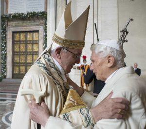 Después del Pontífice, entró también por la Puerta Santa el Papa emérito Benedicto XVI. Ambos se encontraron con un fuerte abrazo. Foto: AP