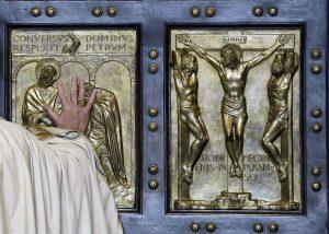 El Papa Francisco sorprendió una vez más al mundo al abrir la mañana del martes la Puerta Santa de la Basílica de San Pedro, con 10 años de anticipación. Foto: AP