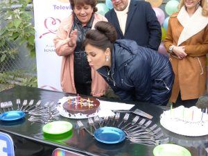 Arleth Terán sopló las velitas de su pastel de cumpleaños. Foto: Cortesía de Televisa