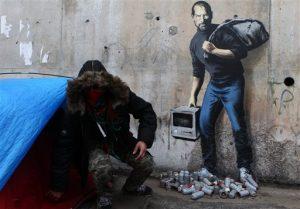 Un mural del artista grafitero Banksy en el campamento de refugiados de Calais. Foto: AP