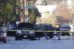 Las autoridades investigan el lugar donde se llevó a cabo una balacera entre la policía y dos sospechosos. Foto: AP