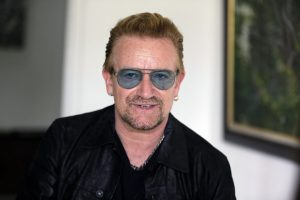 """Bono está lanzando una campaña plagada de estrellas que incluye """"experiencias únicas"""" que pueden ganarse tras donar al menos 10 dólares a su organización (RED), que recauda fondos para la lucha contra el sida. La campaña comienza el martes 1 de diciembre del 2015, en coincidencia con el Día Mundial del Sida. Foto: AP"""