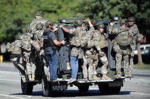 Un vehículo transporta a fuerzas especiales de la policía cerca del lugar de un tiroteo masivo en San Bernardino, California el miércoles 2 de diciembre de 2015. La policía respondió al reporte de que un agresor activo estaba en el centro de servicios sociales. Foto: AP