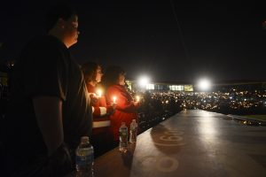 Con oraciones, cantos, flores y pancartas, miles de personas manifestaron su solidaridad a las familias de los fallecidos y de heridos, la mayoría de los cuales se recupera en hospitales locales. Foto: AP