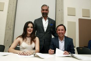 Camila Fernández firmó su contrato discográfico, apoyada por sus papá. Con ellos Víctor González, Presidente de Universal Music Latin Entertainment. Foto: Cortesía Uiversal Music