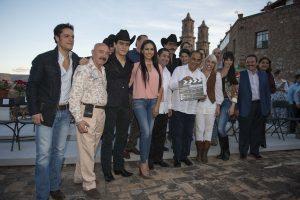 Carla Estrada y Héctor Astudillo, gobernador de Guerrero dieron el claquetazo con todo el equpio de producción. Foto: Cortesía de Televisa