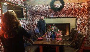 Anne y Vincent Duffy observan el interior de la casa gigante de pan de jengibre construida para la temporada navideña. Foto: AP