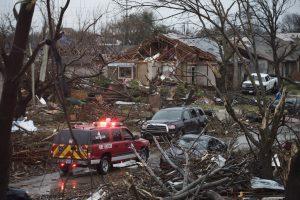 Un vehículo de emergencia avanza por un barrio en Rowlett, Texas, luego del paso de un tornado. Foto: AP