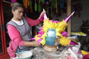 En las posadas, las piñatas se llenan de frutas y colación y se cuelgan de un lazo para que las personas, con los ojos vendados y un palo, pasen, de una en una, a tratar de romperla. Foto: Notimex