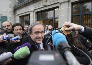 El presidente de la UEFA, Michel Platini, rodeado de medios tras una vista ante el tribunal de arbitraje del deporte, TAS, en Lausana, Suiza. Foto: AP