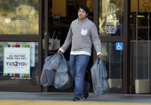 El número de personas dispuestas a comprar regalos por menos de 10 dólares en esta temporada ha aumentado a 4% comparado con 1% el año pasado, según un estudio del America's Research Group. Foto: AP