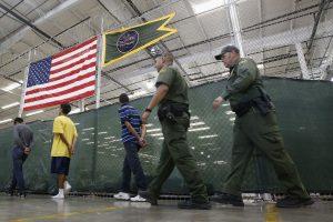 Cerca de cinco mil menores de edad no acompañados fueron detenidos en la frontera con México en octubre pasado. Foto: AP