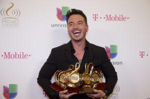 """El cantante ganó un doble disco de platino+oro en México por las altas ventas de su álbum """"La Familia"""". Foto: AP"""
