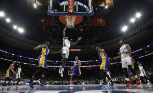 Jerami Grant (39) de los 76ers de Filadelfia se eleva para tomar un tiro ante los Lakers. Foto: AP