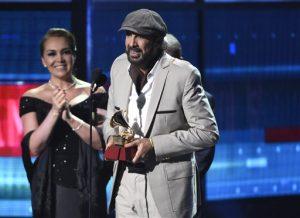 """Juan Luis Guerra acepta el Latin Grammy al álbum del año por """"Todo tiene su hora"""" el pasado19 de noviembre en Las Vegas. Foto: AP"""